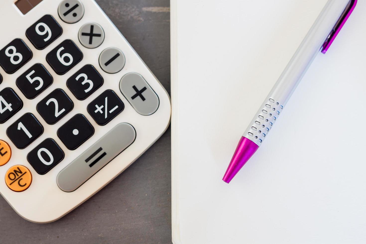 Nahaufnahme eines Stiftes und eines Taschenrechners foto