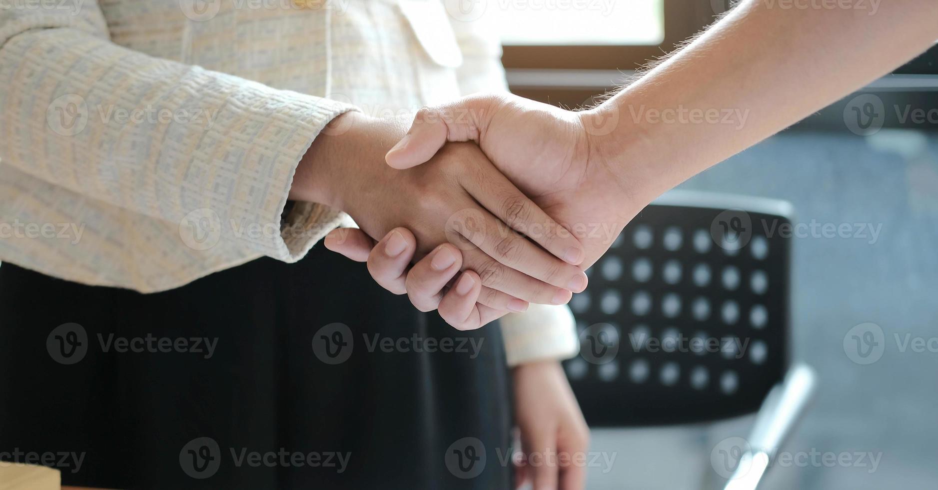 Manager und Mitarbeiter geben sich die Hand foto