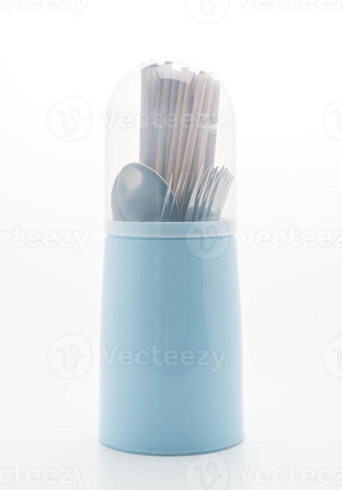 Besteckhalter mit Stäbchen, Löffel und Gabel auf weißem Hintergrund foto