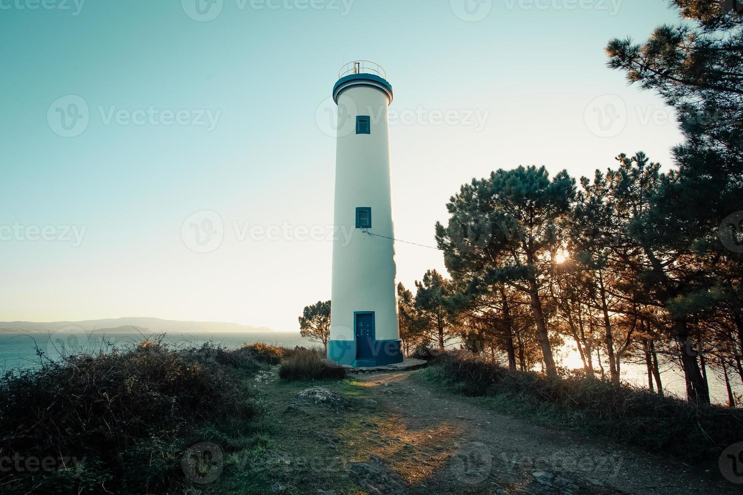 schöner weißer und blauer Leuchtturm foto