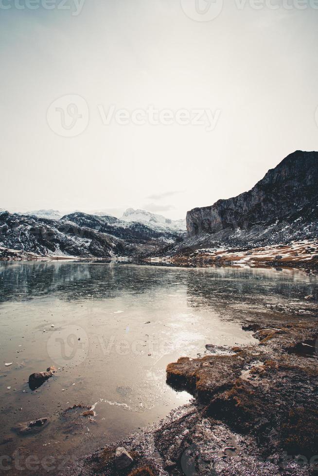 atemberaubende und entspannende Aussicht auf einen zugefrorenen See foto