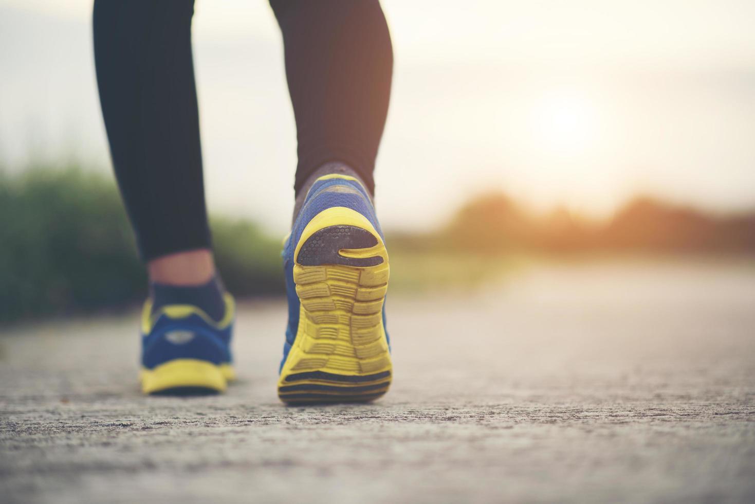 Nahaufnahme von Laufschuhen auf der Straße foto
