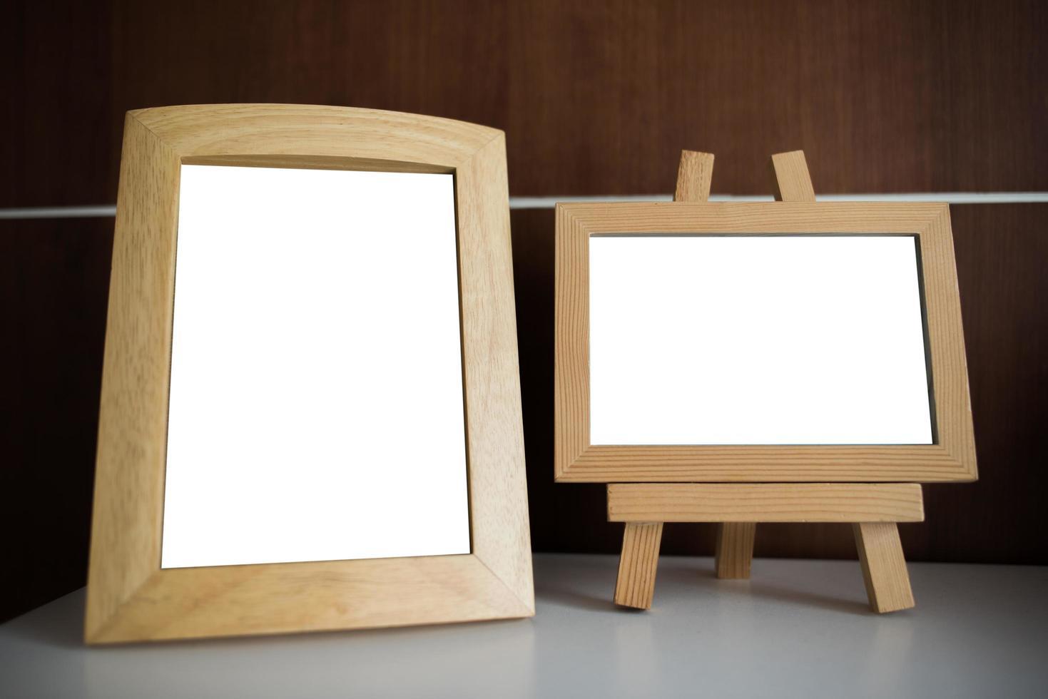 Fotorahmen auf Tisch mit Kopierraum foto