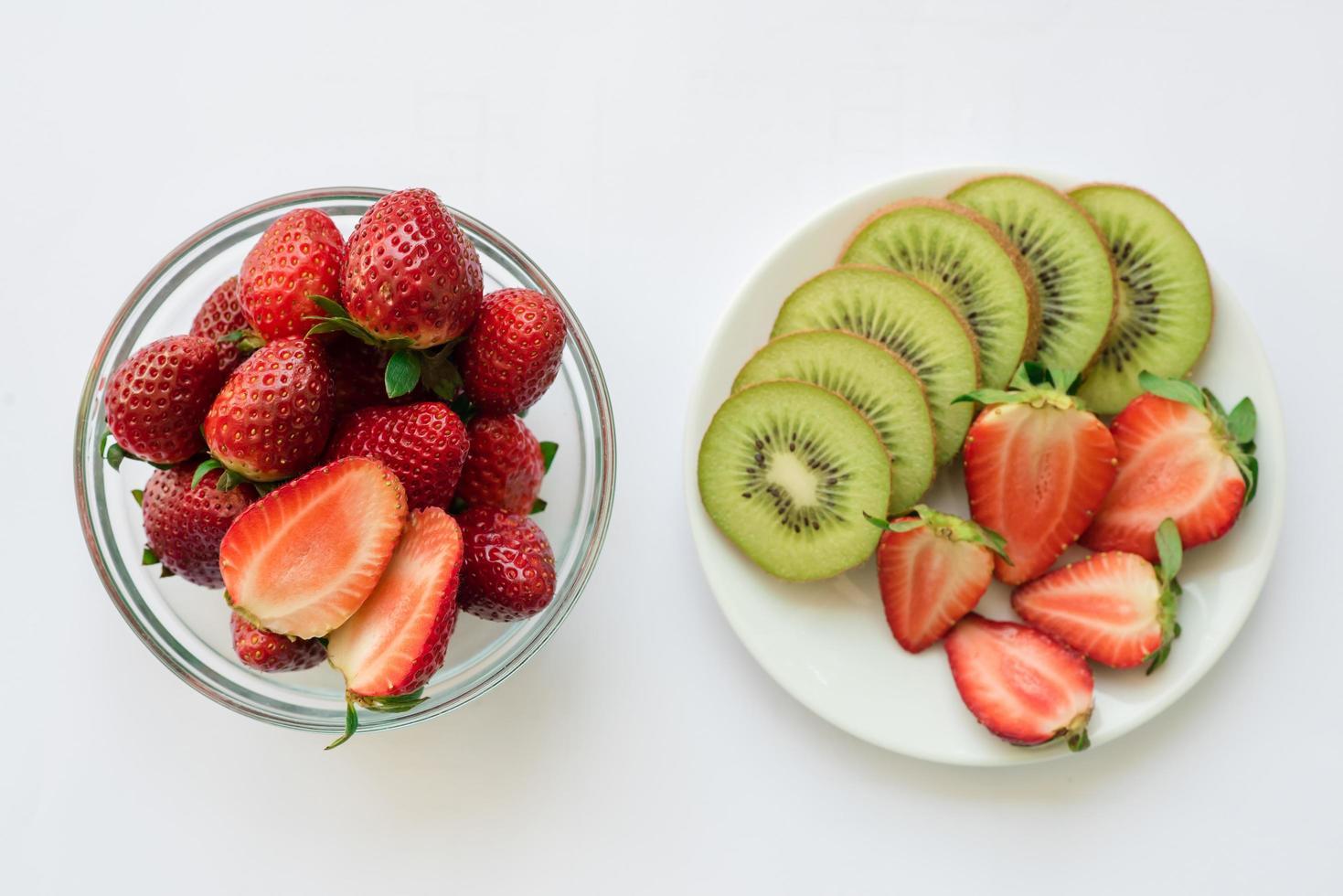 eine Vielzahl von frischem Obst foto