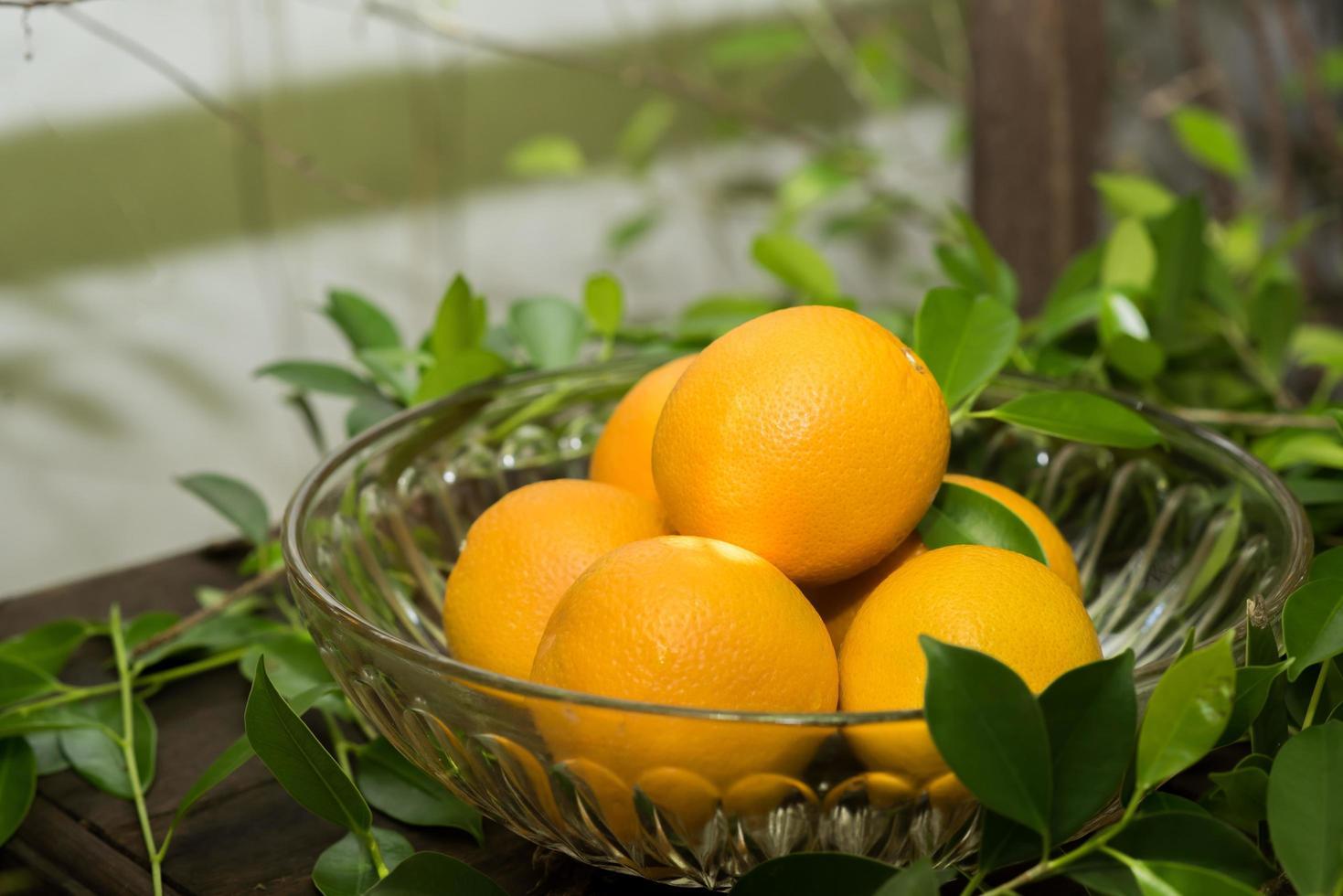ein Korb mit frischen Orangen in der Natur foto
