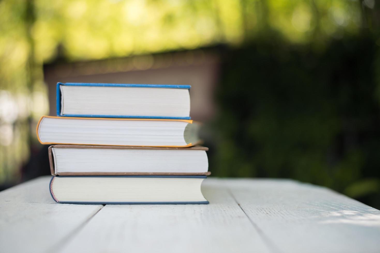 Stapel Bücher auf Naturhintergrund foto
