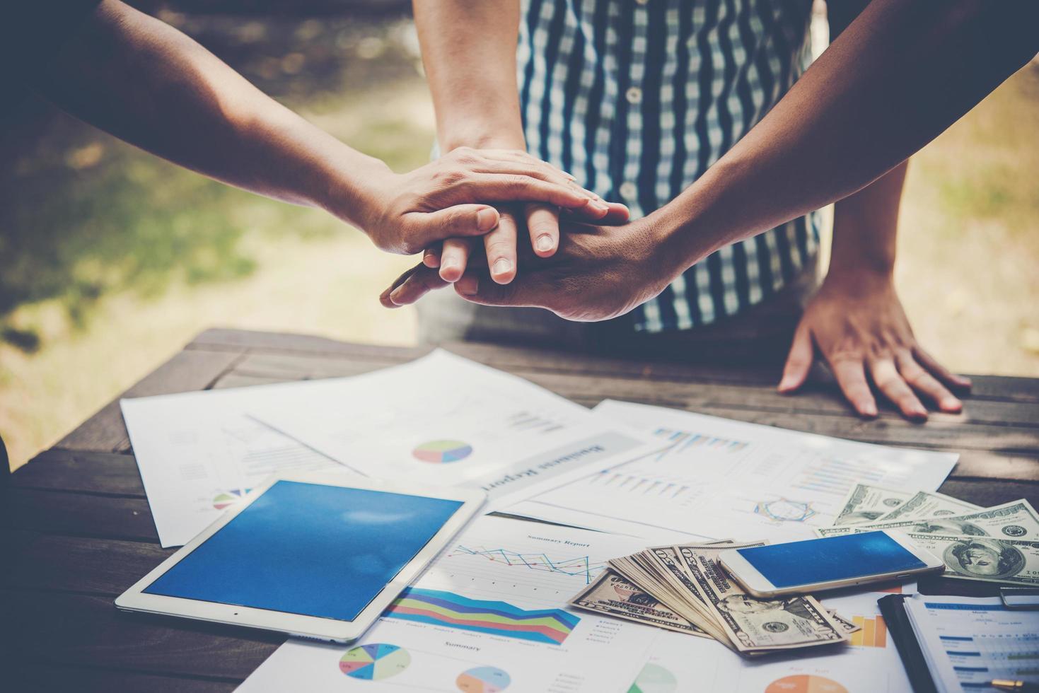 Geschäft, das Hände zusammenstellt, um Teamarbeit darzustellen foto