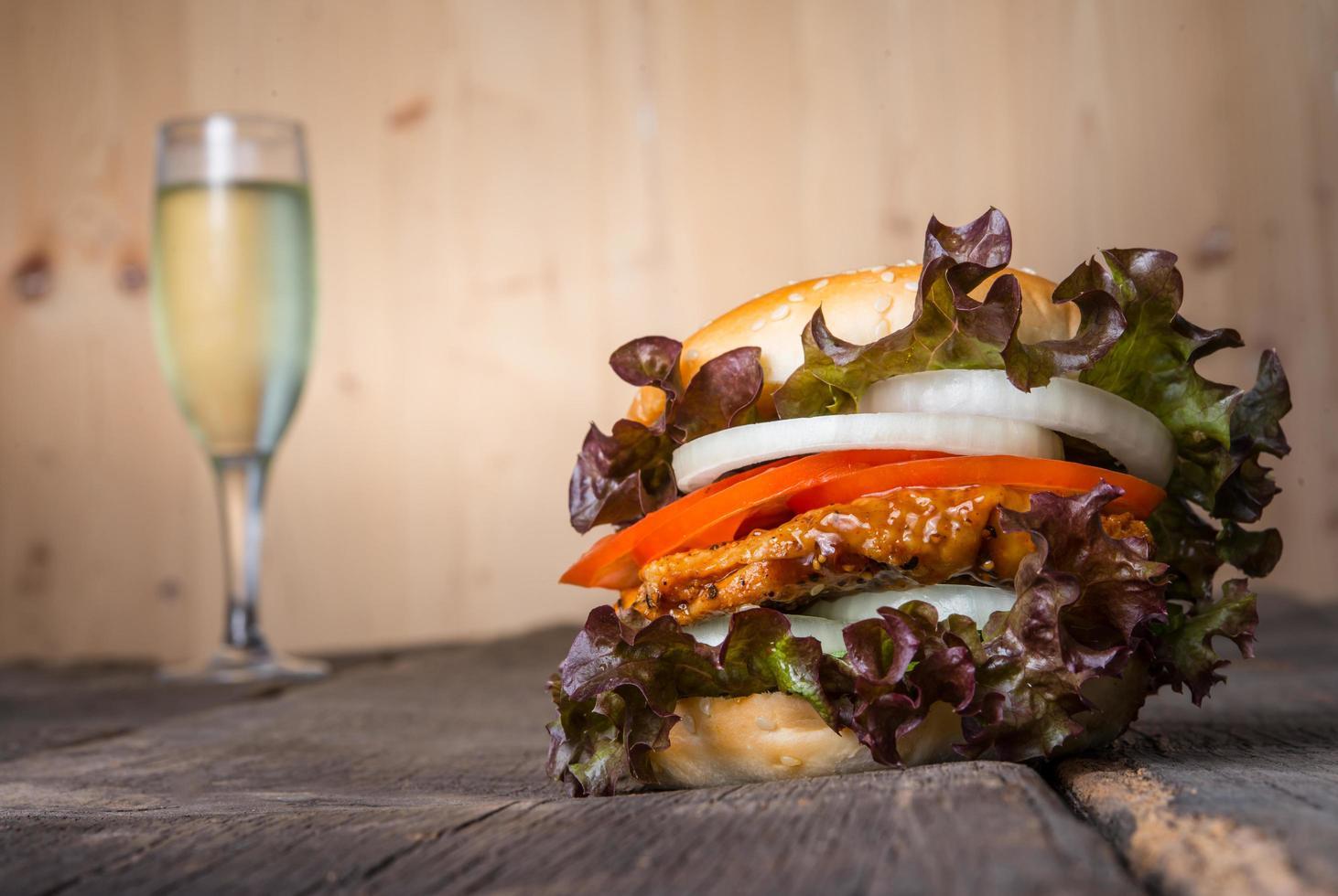 hausgemachter Chicken Burger mit Champagner foto