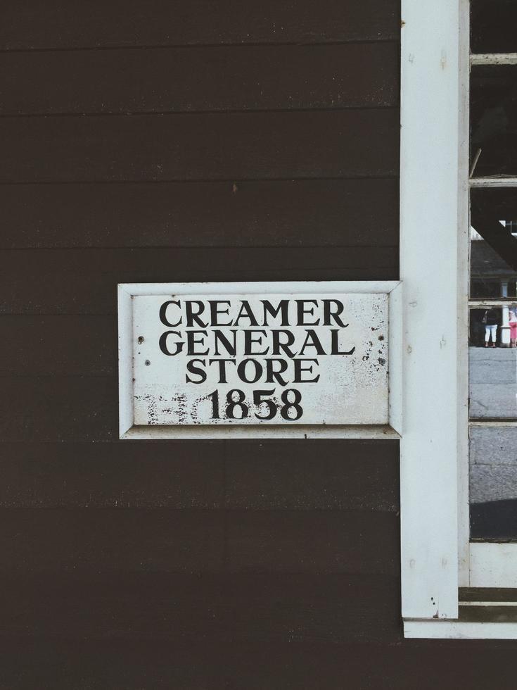 1858 Creamer General Store Beschilderung an Holzwand foto