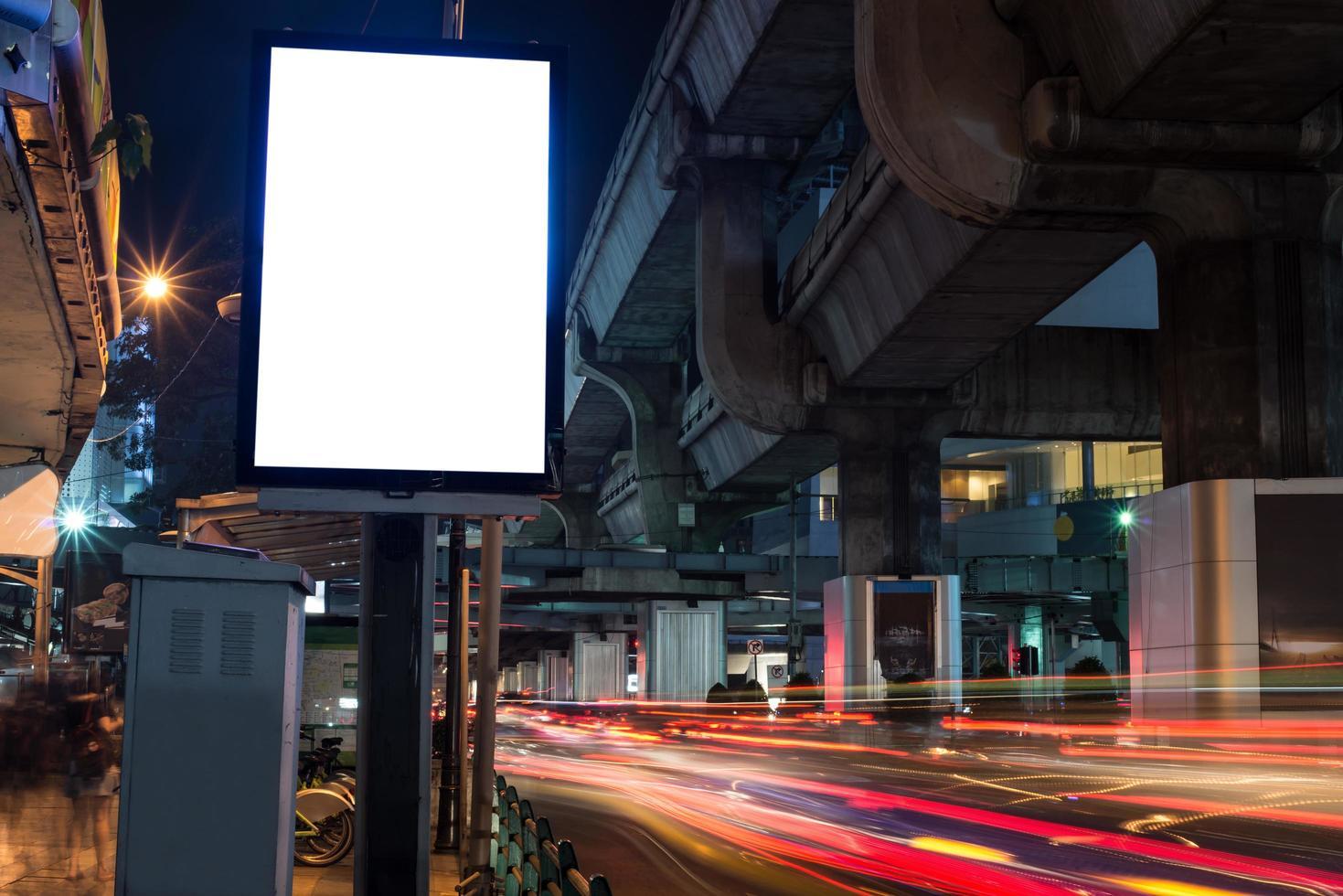 leere Plakatwand mit Kopierraum neben Straße bei Nacht foto