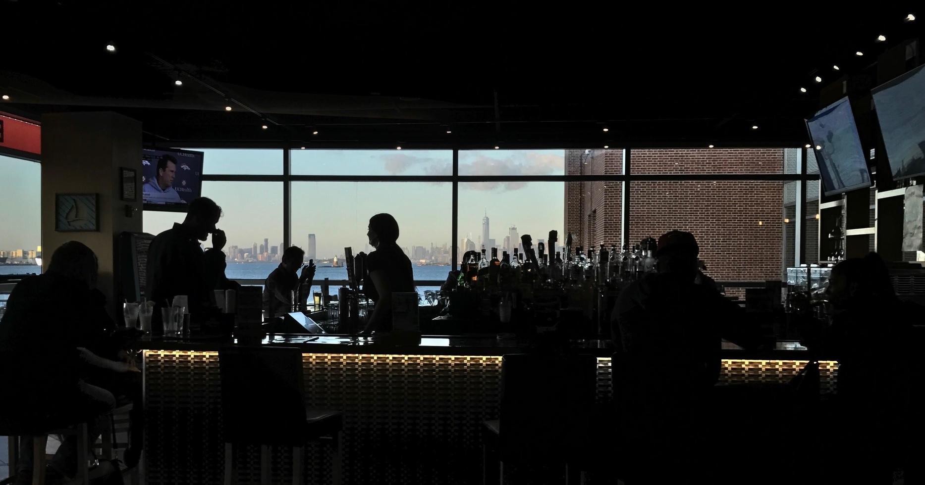 Silhouette von Menschen in einer Bar foto