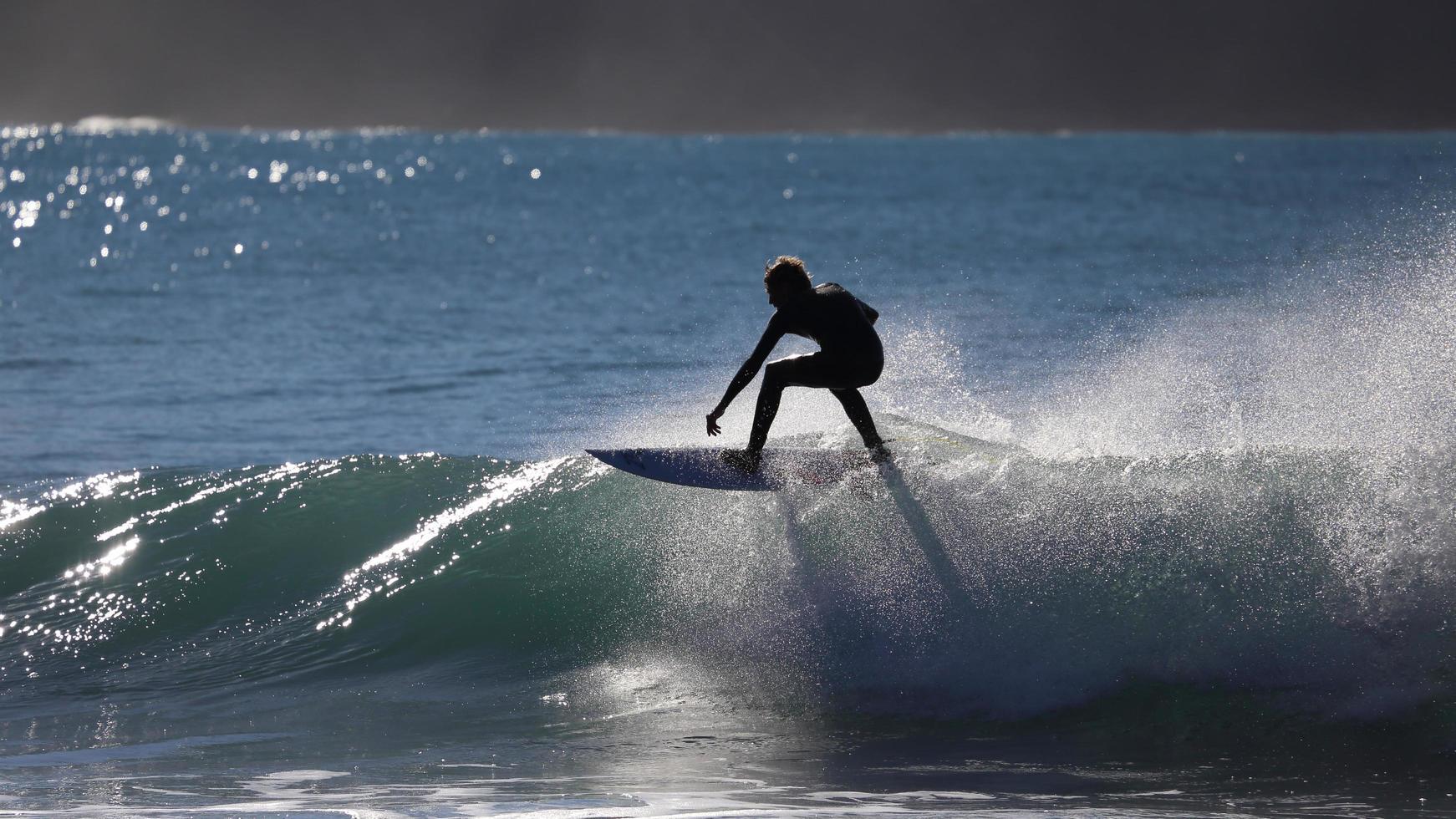 Person, die Surfbrett auf Wasserfass reitet foto