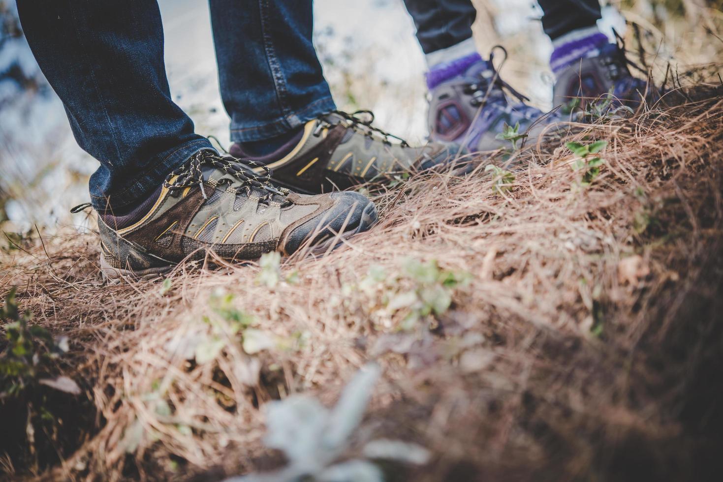 Nahaufnahme der Füße junger Wanderer foto