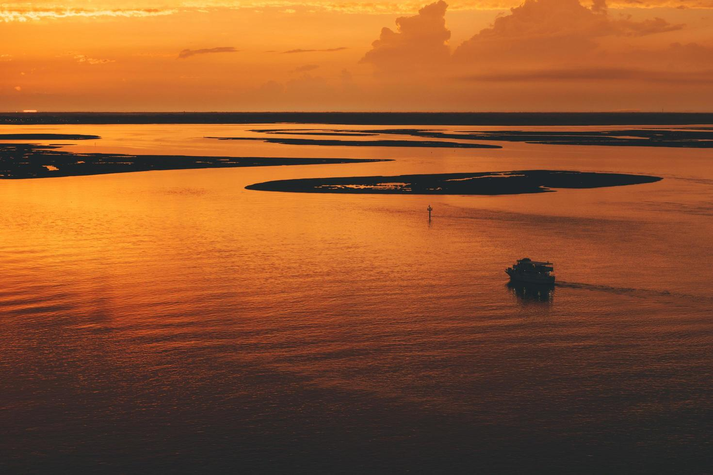 Luftbild von ruhigem Wasser in der Nähe von Inseln foto