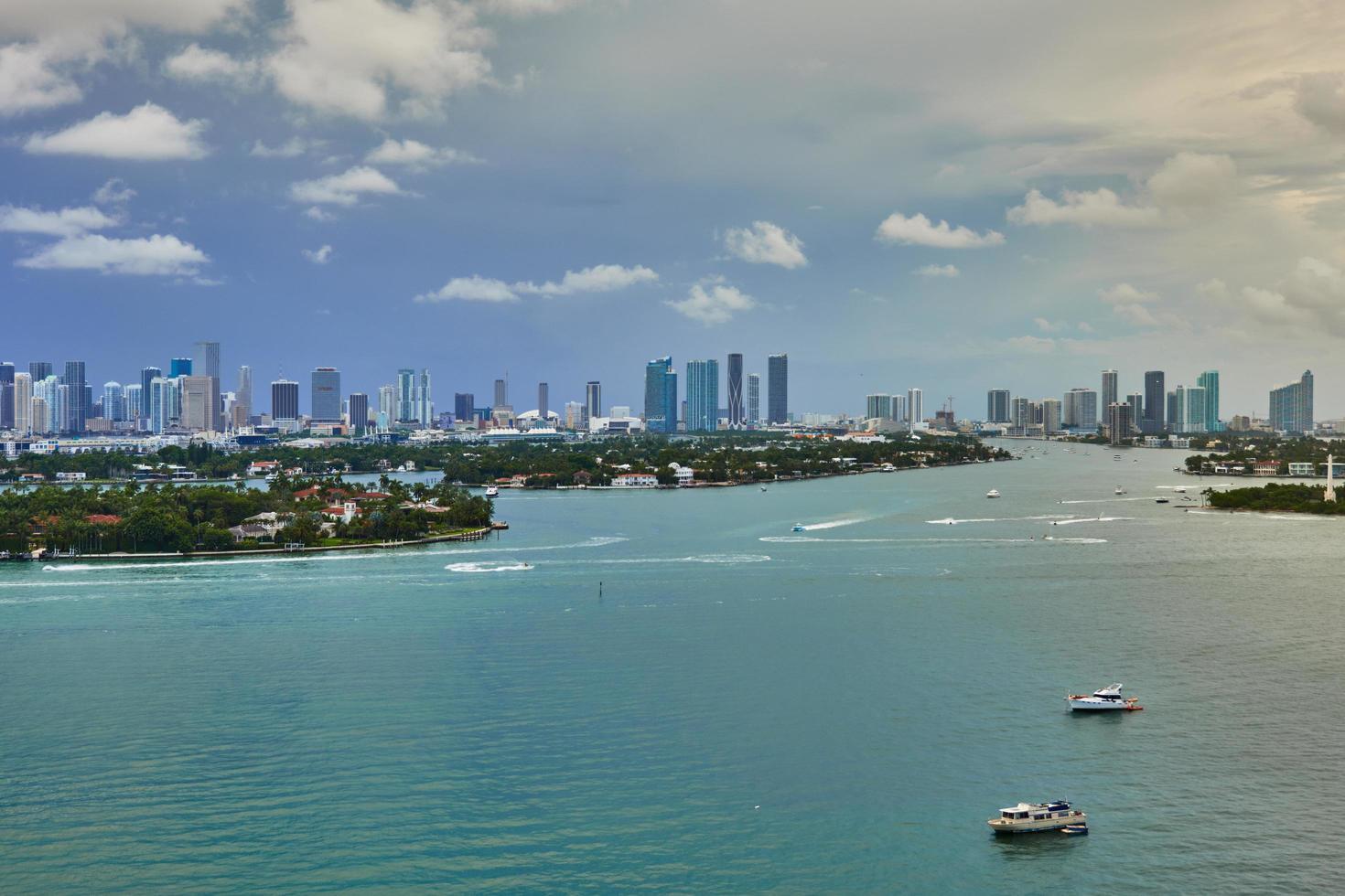 Luftaufnahmen des Meeres und der Gebäude foto
