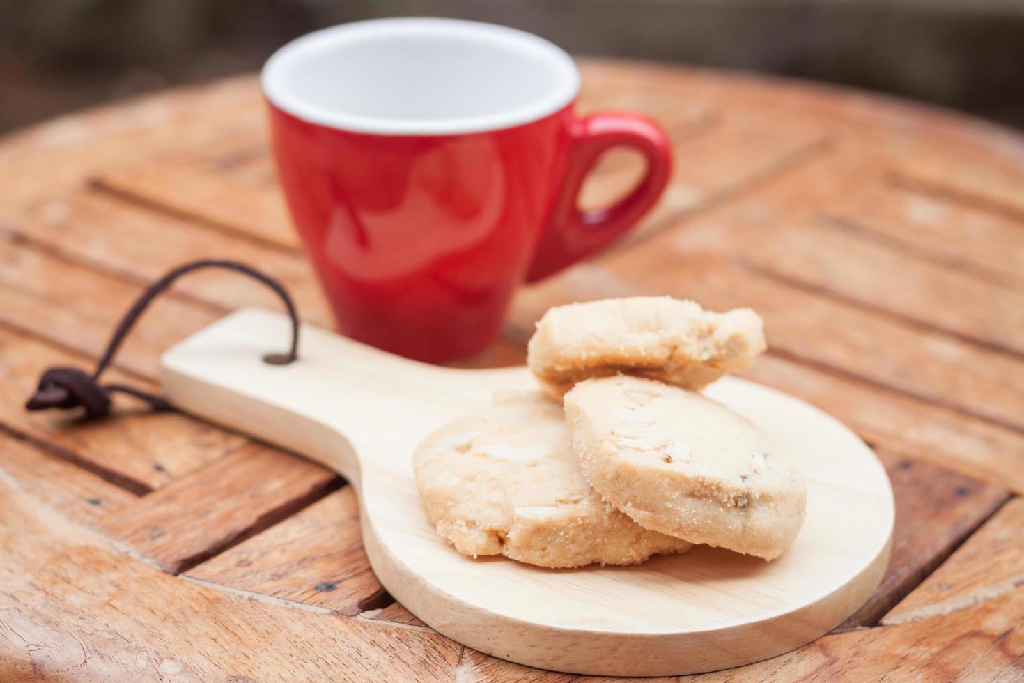rote Kaffeetasse und Kekse foto