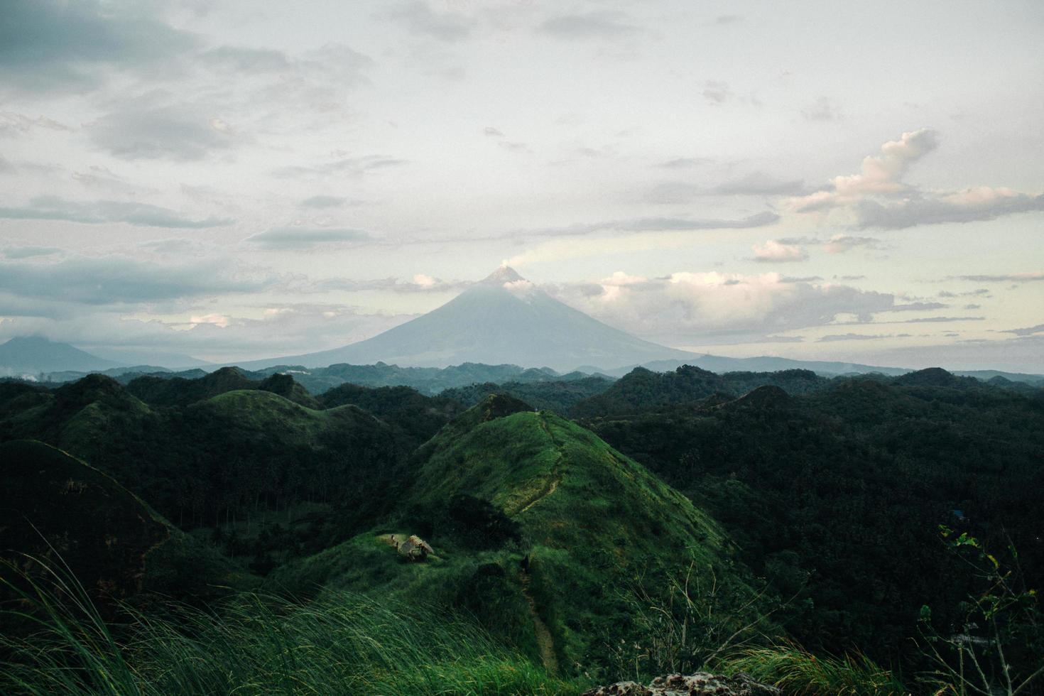 Blick auf einen Berg über Bäumen foto