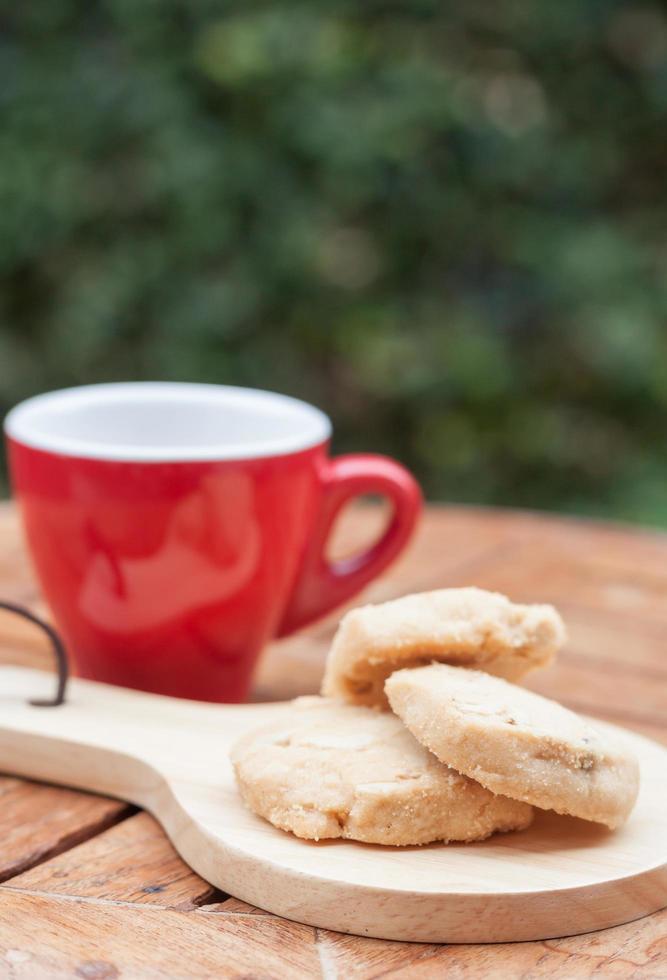 Cashewkekse auf einem Holztablett mit einer Kaffeetasse foto