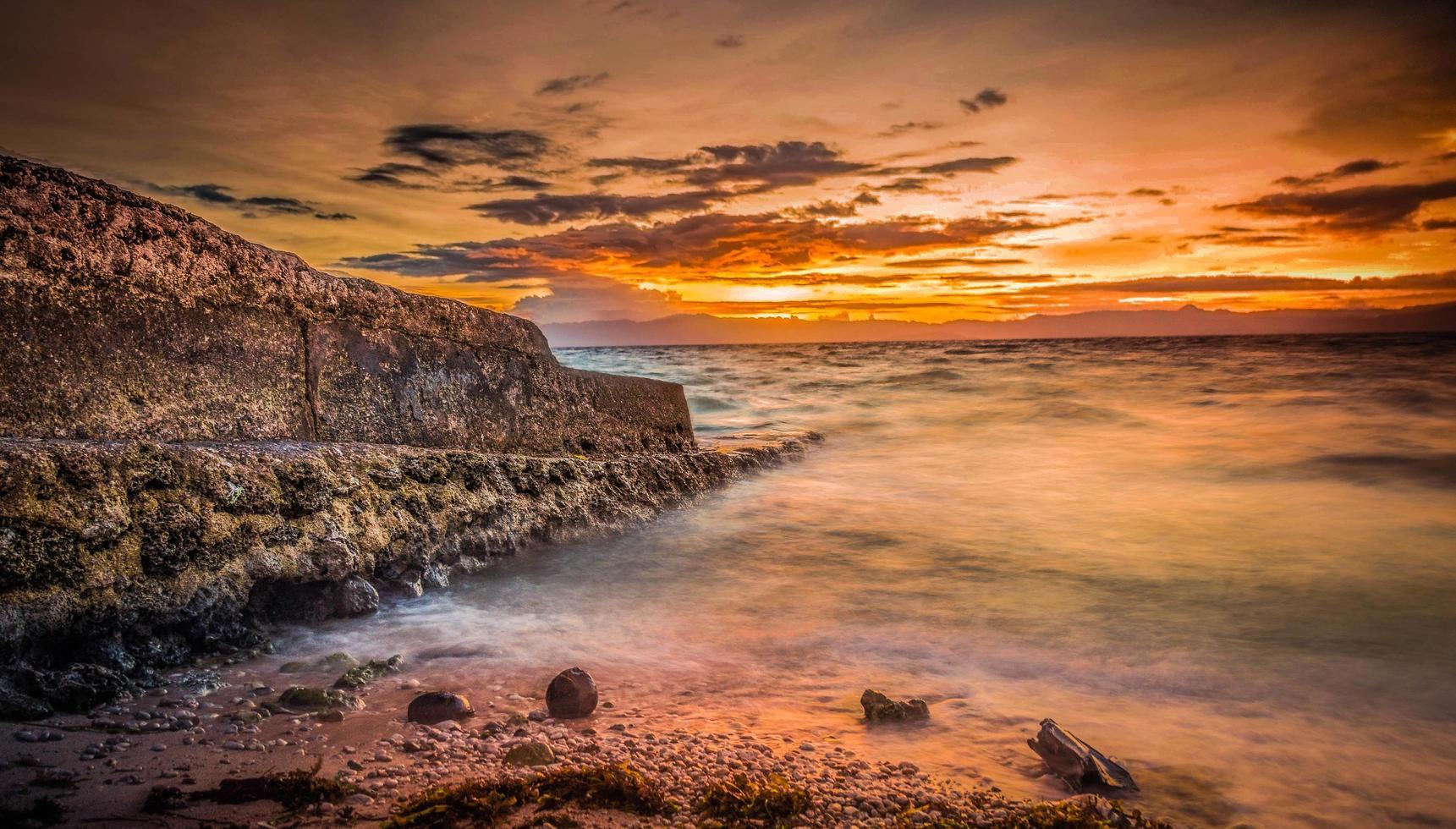 Meer während des Sonnenuntergangs foto