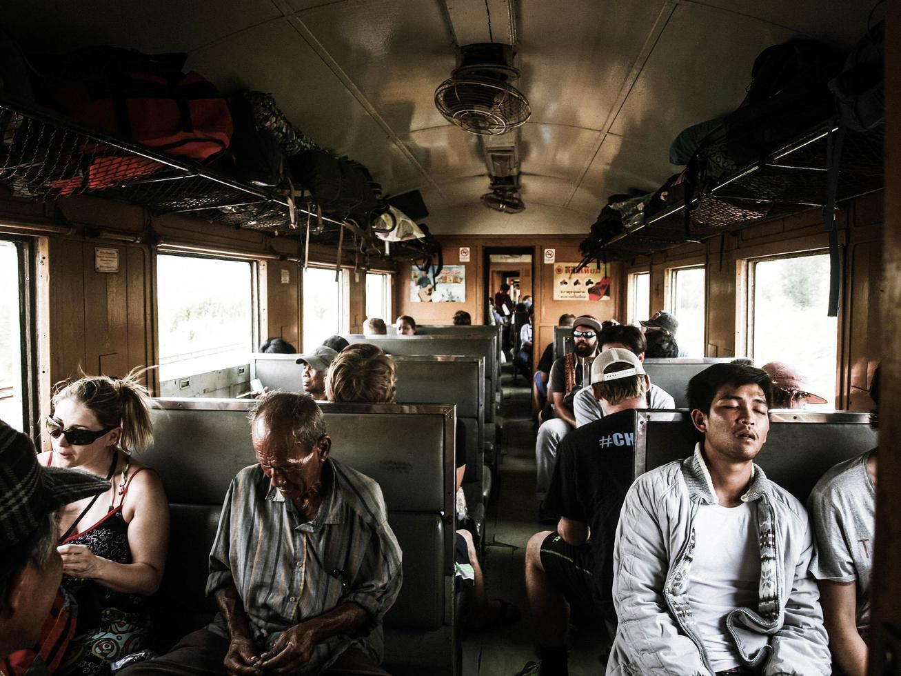 Leute sitzen im Zug foto