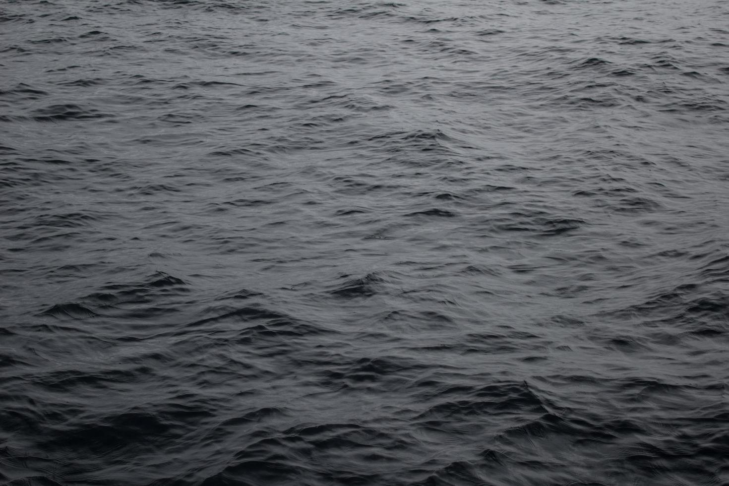 dunkles Gewässer foto