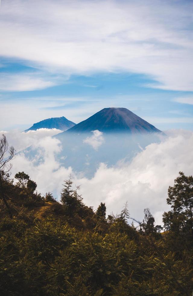 Berggipfel in den Wolken foto