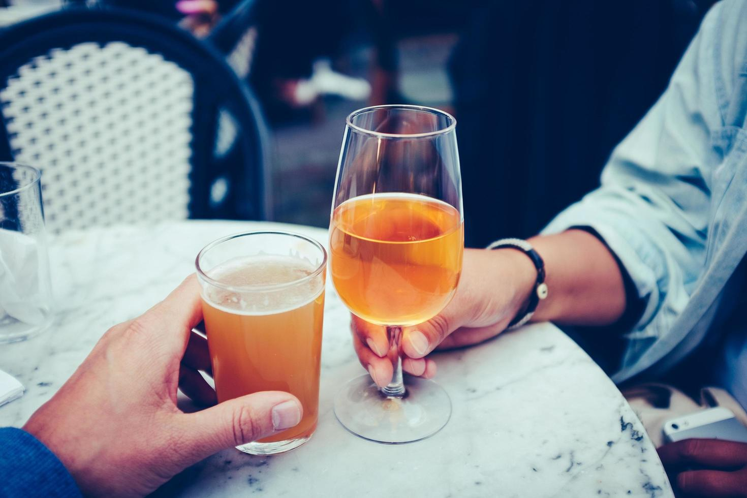 zwei Personen mit alkoholischen Getränken foto