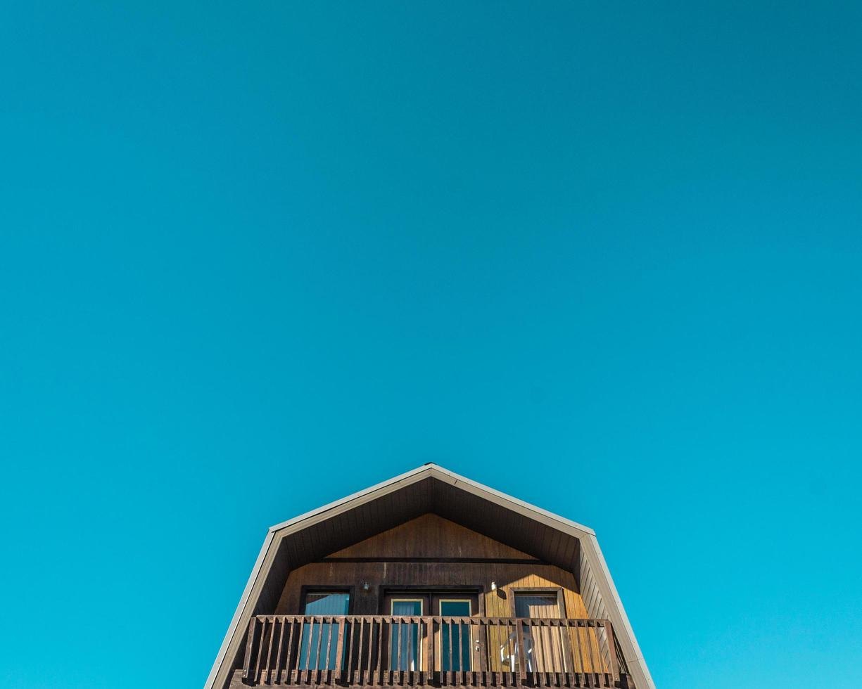 Vereinigte Staaten, 2020 - ein blauer Himmel mit einem braunen Haus foto