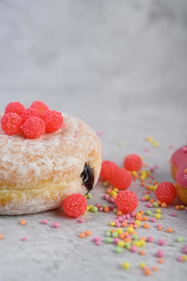 Donuts mit Streuseln und Süßigkeiten foto