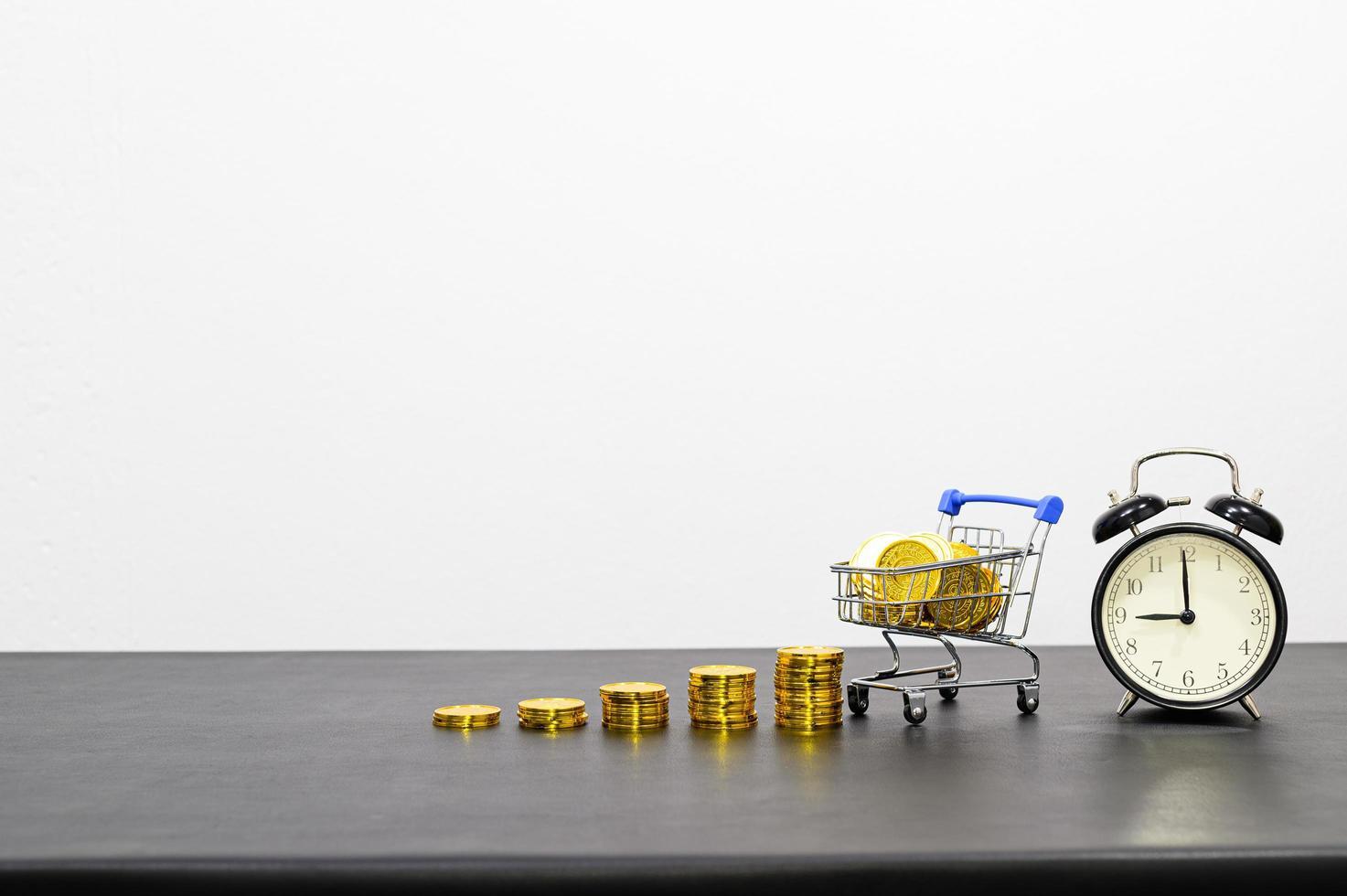 Konzept des finanziellen Wachstums mit Münzen und Wecker foto