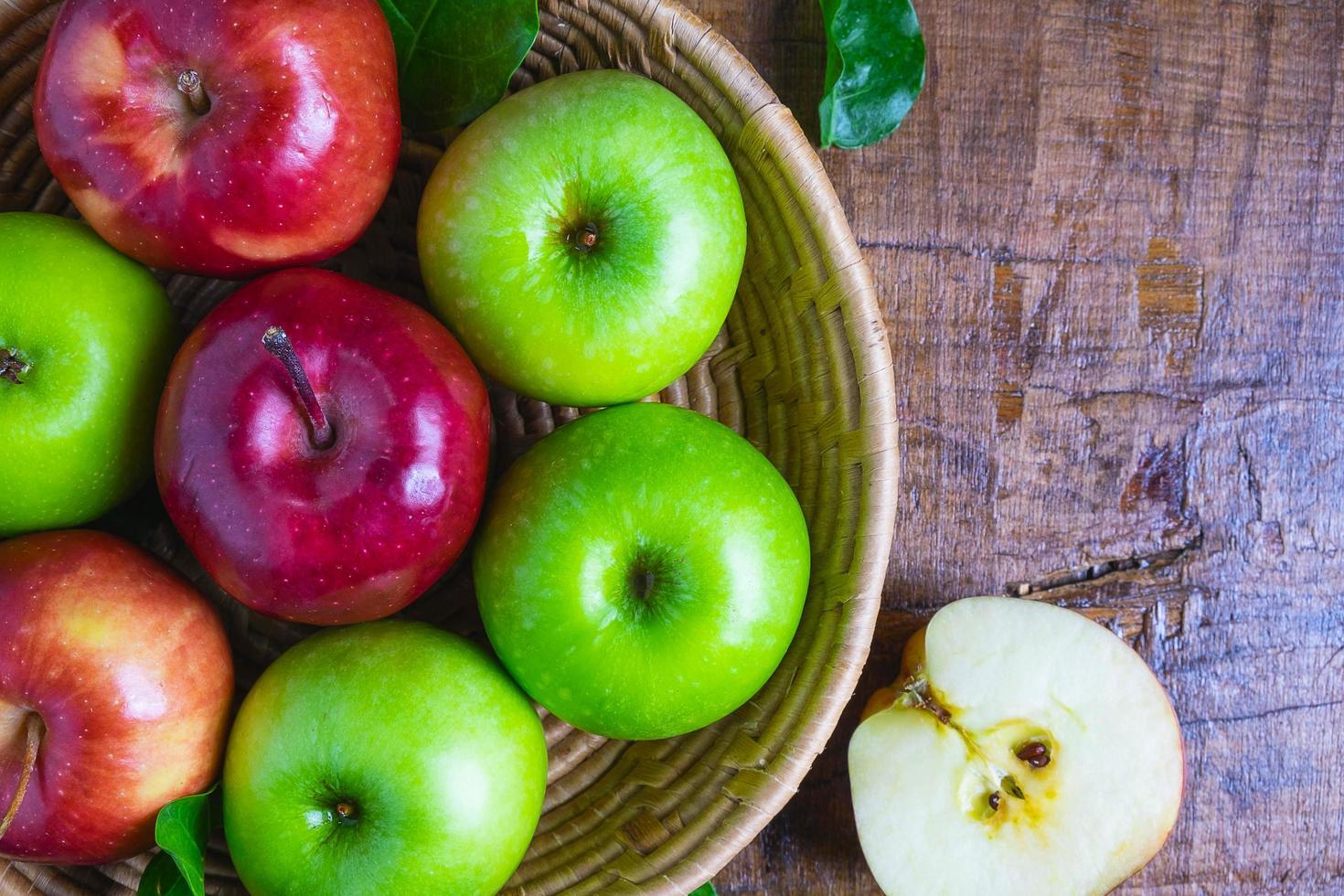Draufsicht auf grüne und rote Äpfel foto