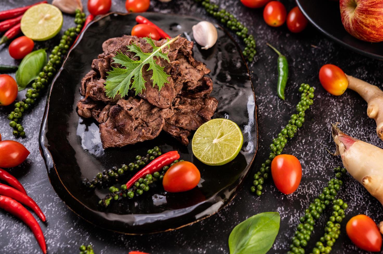 Schweinefleisch mit Tomaten, Paprika, Knoblauch und Limette foto