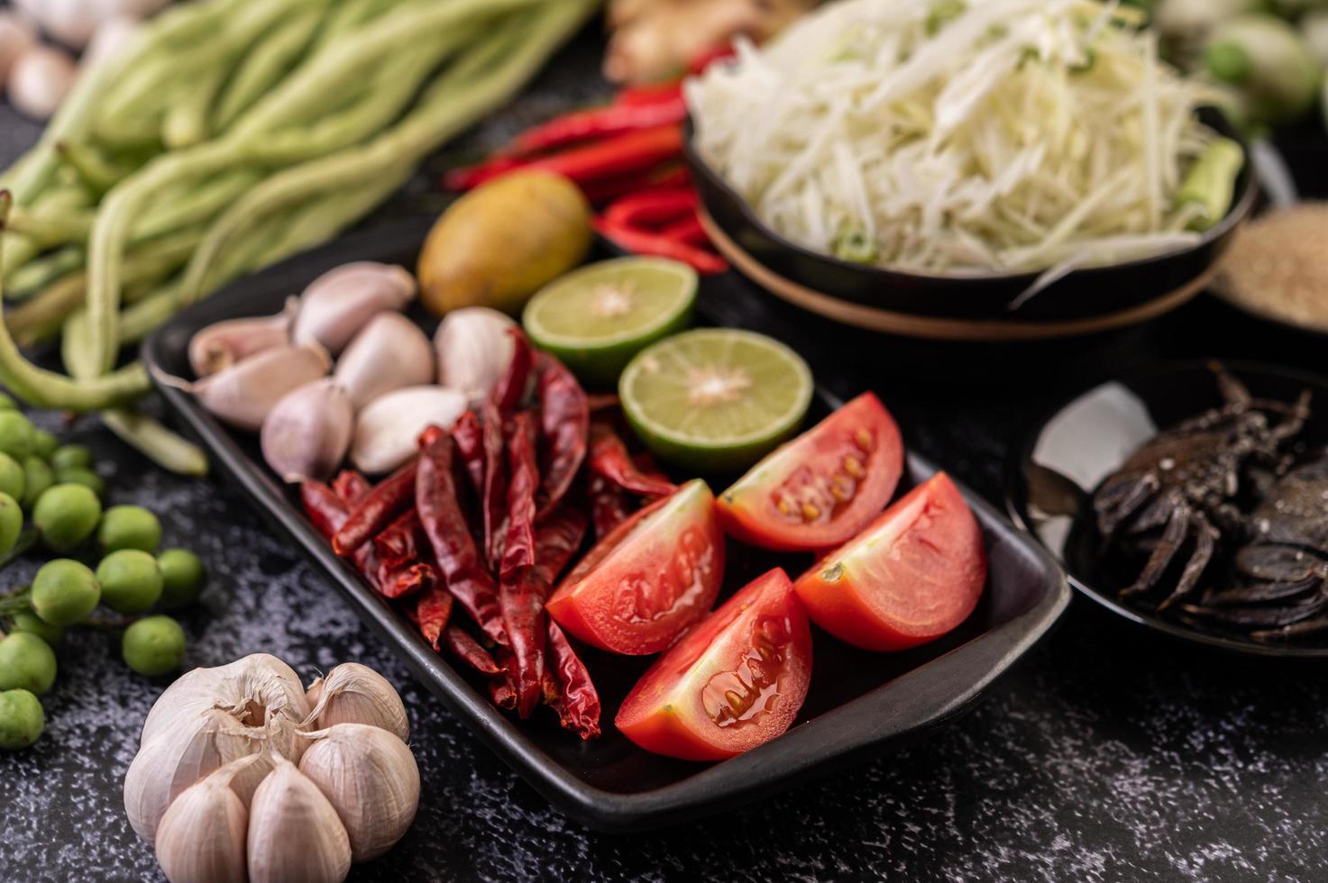 Papayasalat Zutaten mit fermentiertem Fisch foto