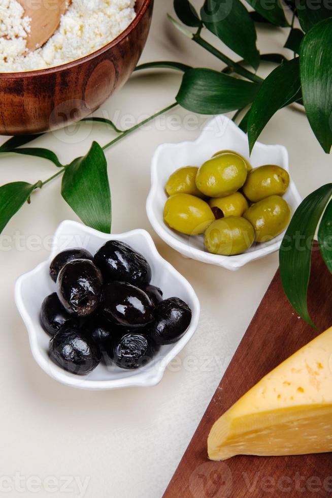 grüne und schwarze Oliven foto
