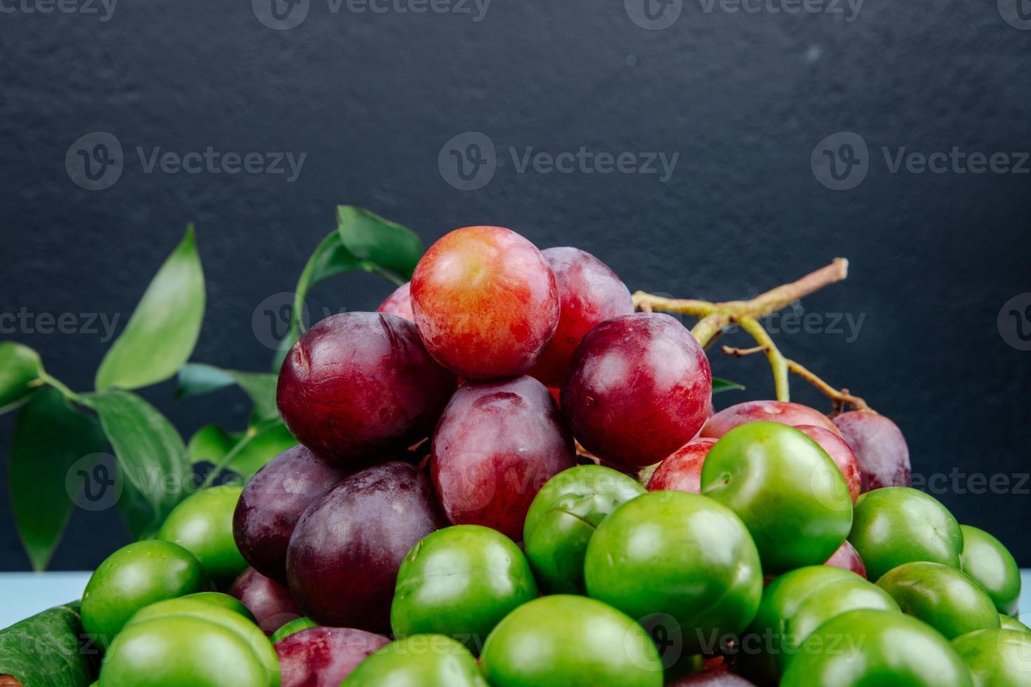 rote und grüne Früchte foto