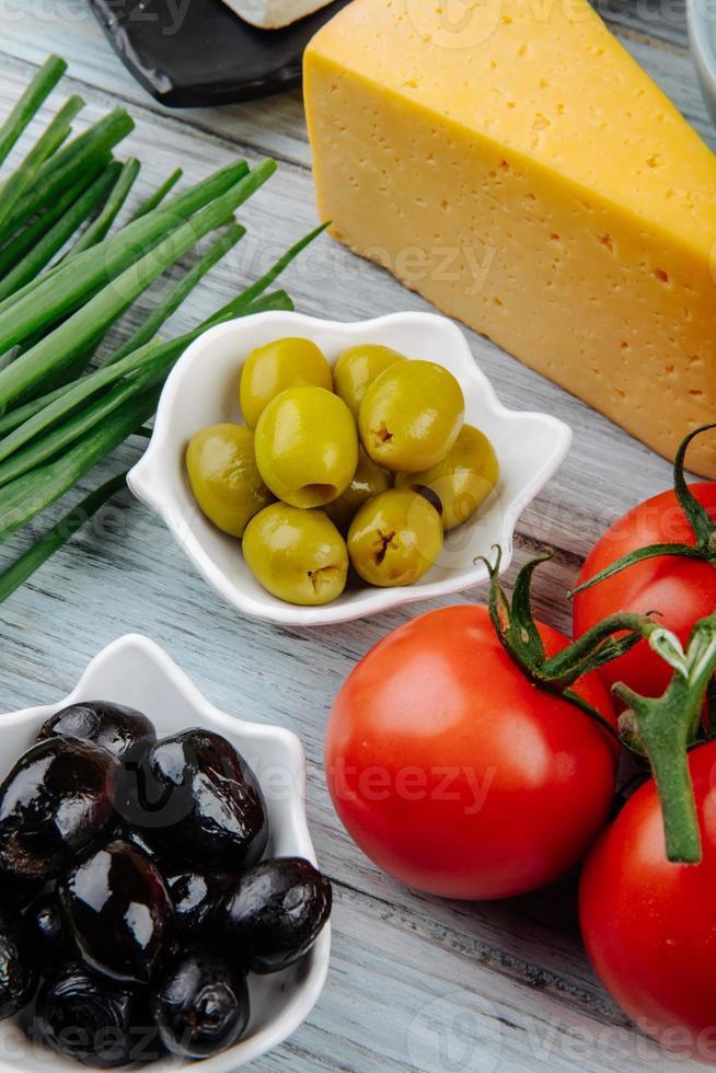 Oliven mit Tomaten und Käse foto
