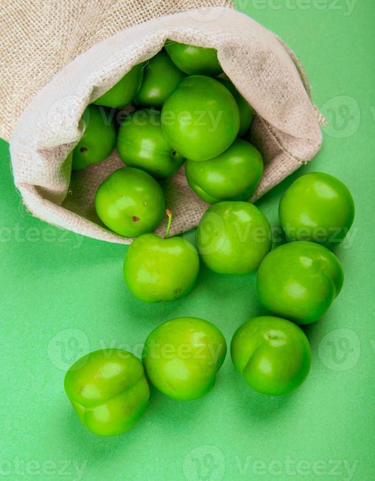 Beutel mit grünen sauren Pflaumen foto