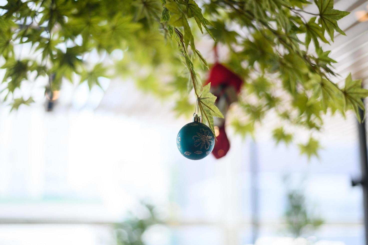 Nahaufnahme einer blauen Kugel, die vom Weihnachtsbaum hängt foto
