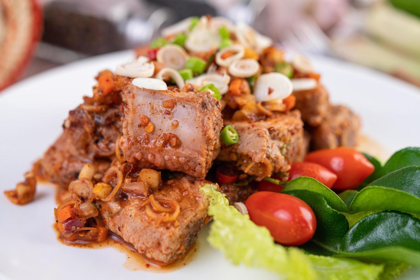 würziges Schweinefleisch mit Tomaten gehackt foto