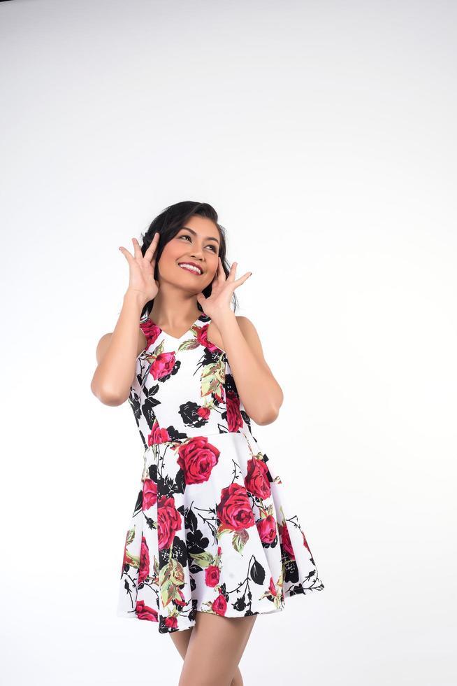 Frau posiert mit einem Lächeln foto