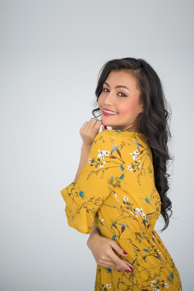 Porträt einer Frau in einem gelben Kleid foto
