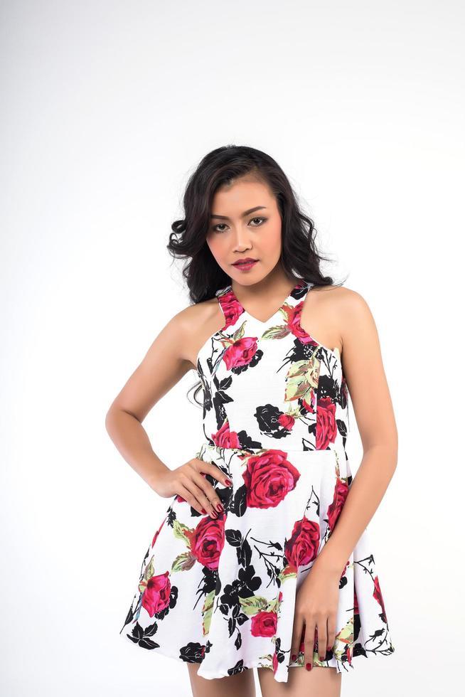 Porträt einer Frau in einem Blumenkleid foto