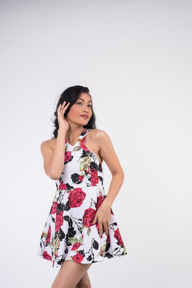 Frau in einem rot-schwarzen Kleid foto