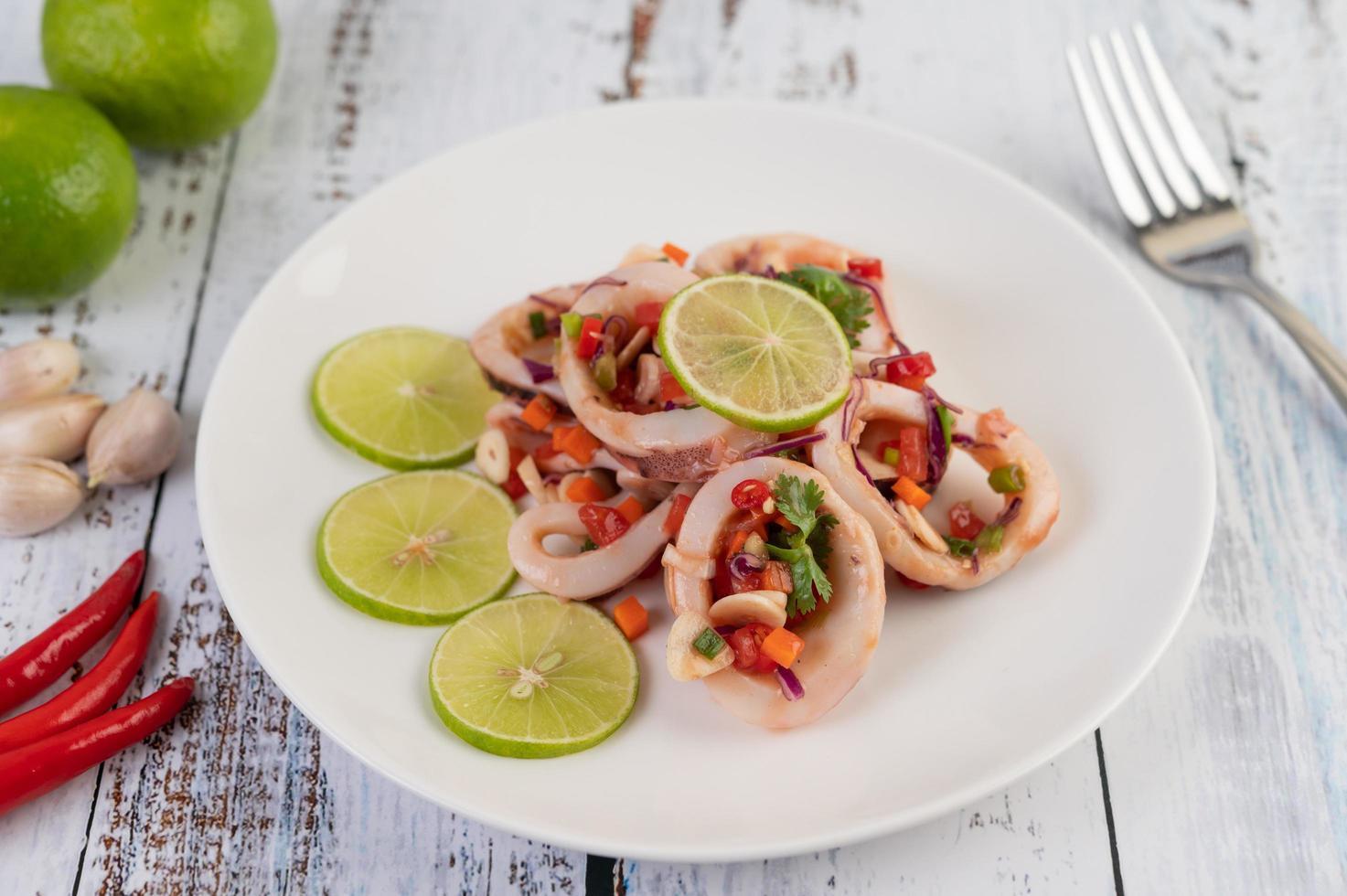 würziges Zitronen-Tintenfisch-Gericht foto