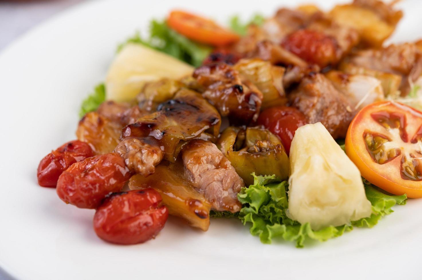 Grillfleisch mit Tomaten und Paprika foto