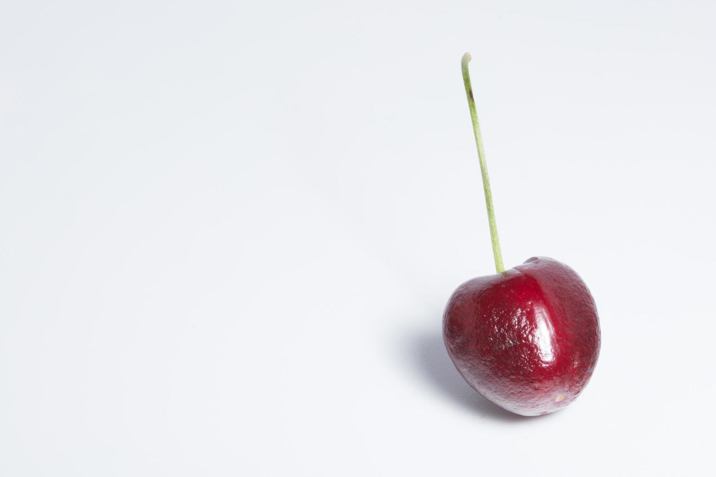 Kirsche auf weißem Hintergrund foto