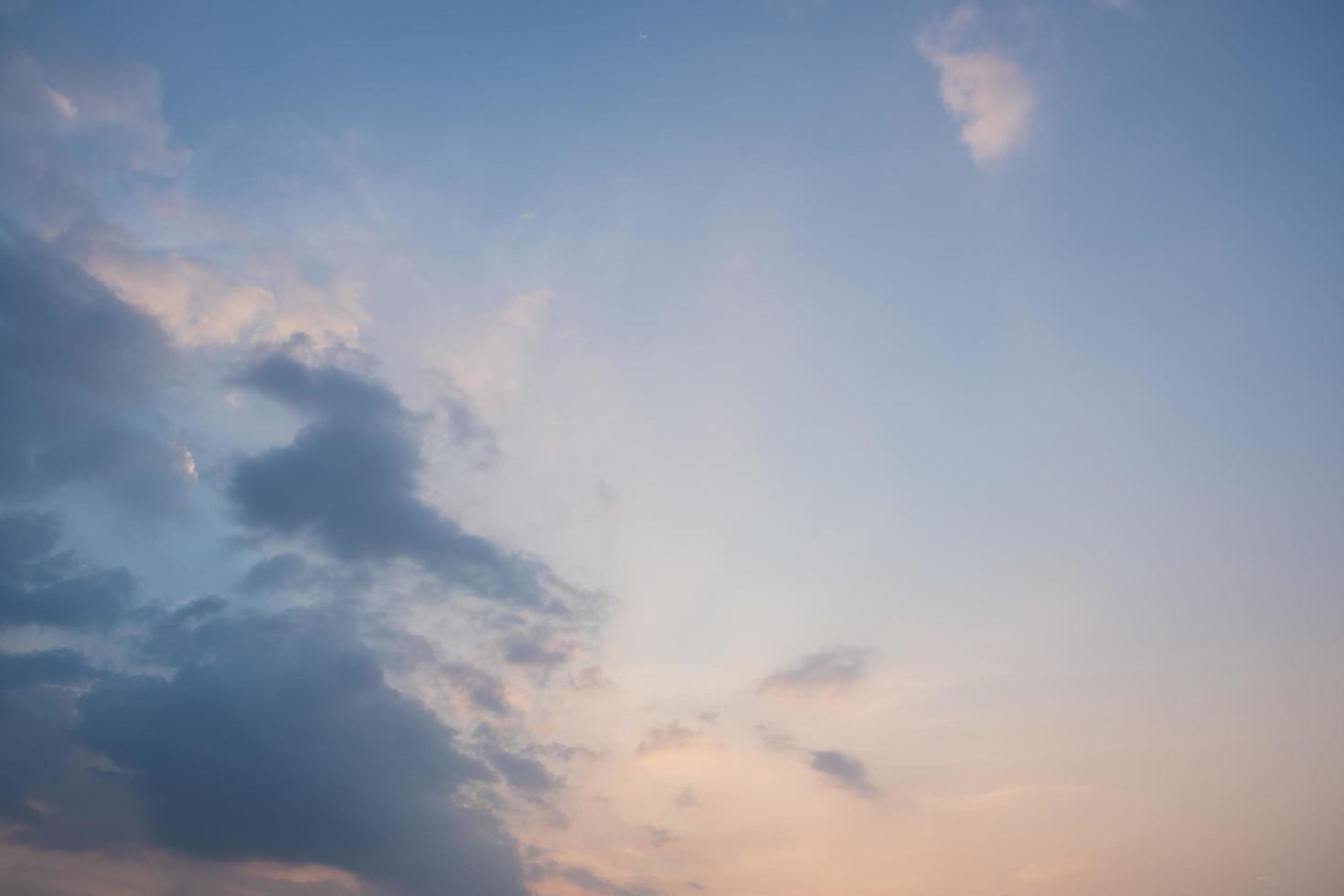 blauer Himmel mit Wolken bei Sonnenuntergang foto