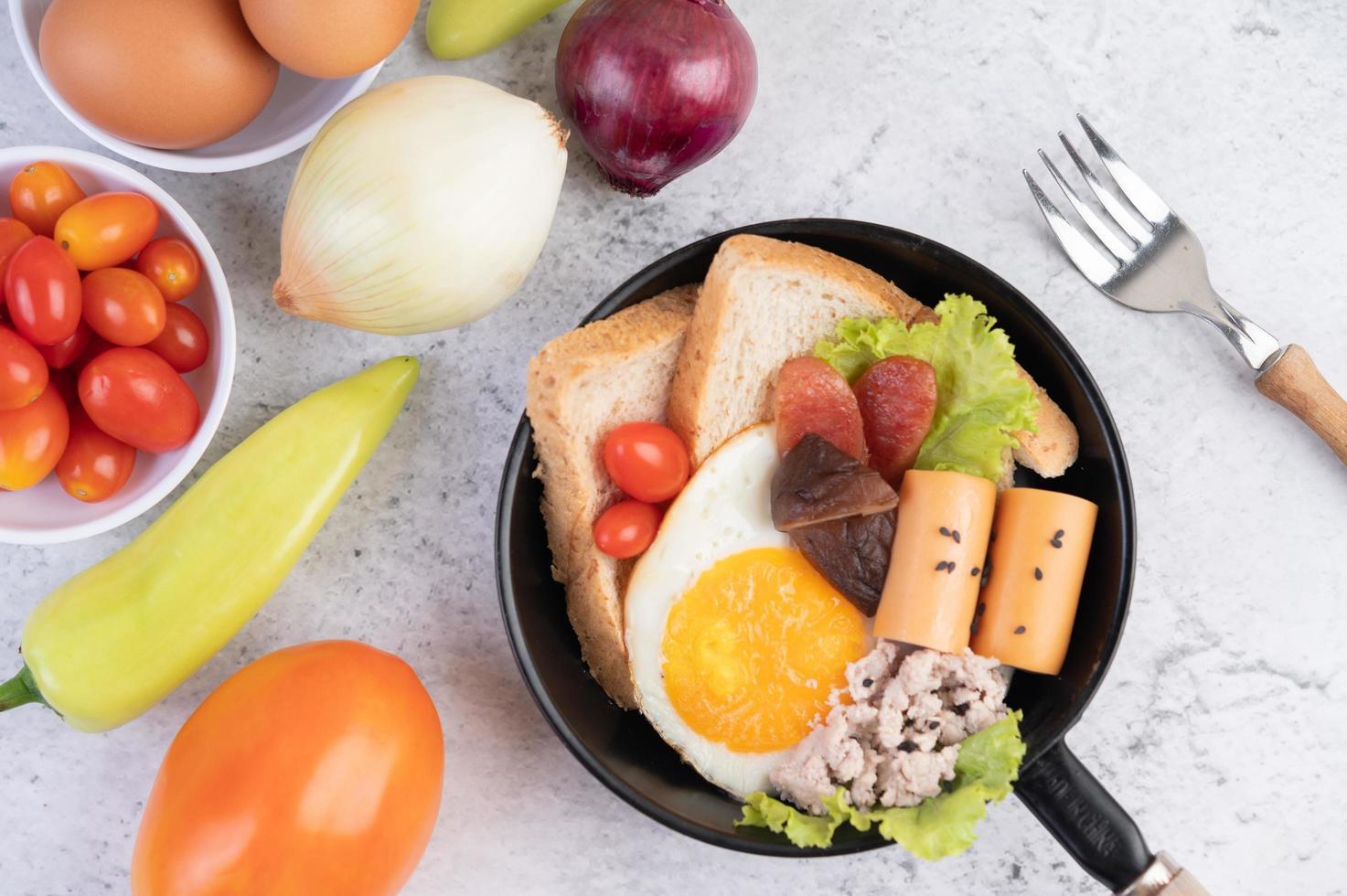 Gemüsesalat mit Brot und gekochten Eiern foto