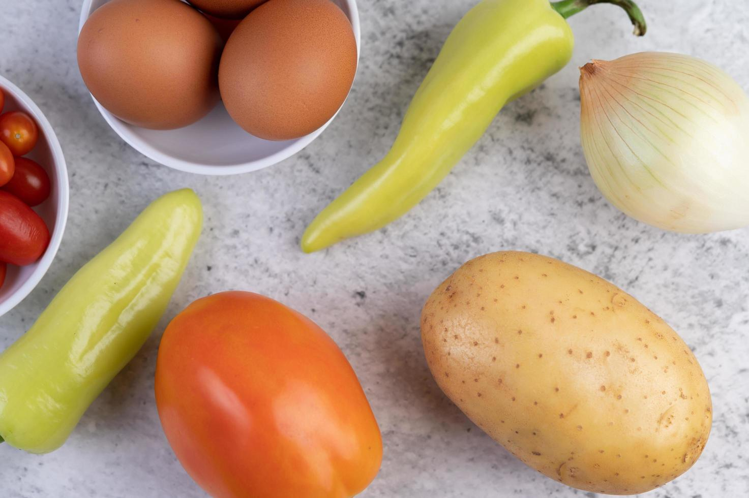 Kartoffeln, Tomaten, Paprika, Zwiebeln und Eier foto