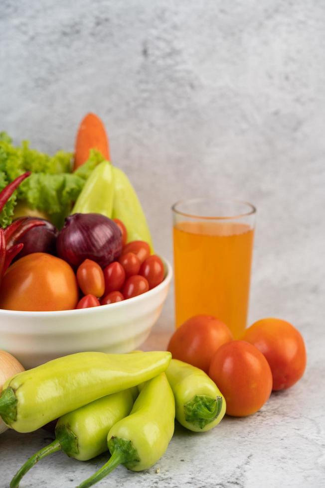 Tomaten, rote Zwiebeln, Paprika, Karotten und Chinakohl foto